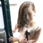 [無修正] ナンパされて車に乗った瞬間に生で挿入された綺麗な奥様の反応が堪らない
